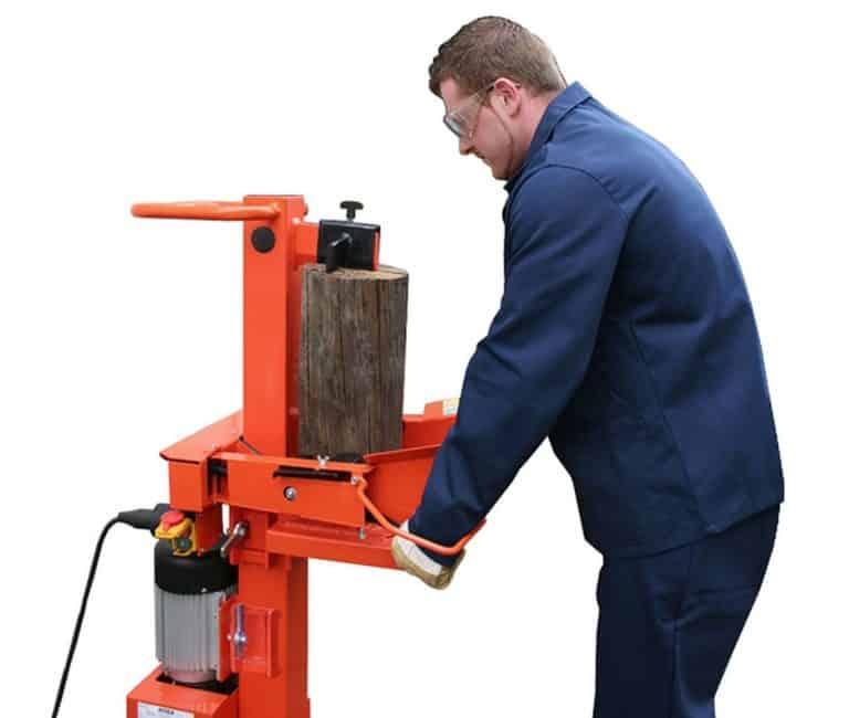 Ein Mann spaltet Holz mit einem Atika Holzspalter